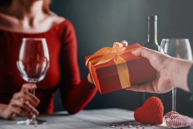 Concept De Félicitation Pour La Saint-valentin. Couple à La Table Dans Un Restaurant. Photo Premium