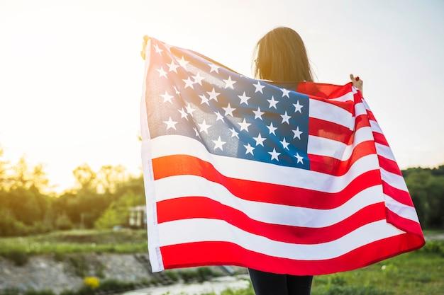 Concept De Fête De L'indépendance Des états-unis Avec La Femme Dans La Nature Photo gratuit