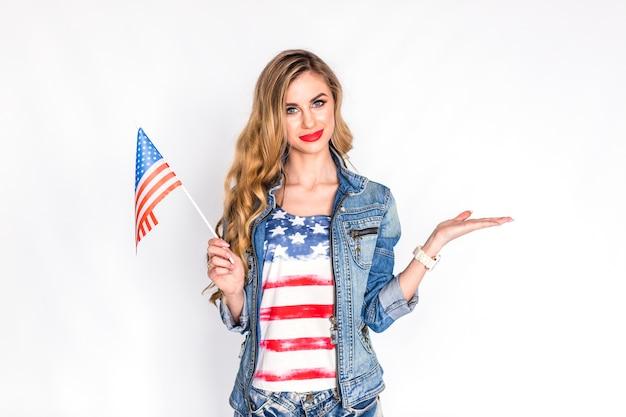 Concept De Fête De L'indépendance Des états-unis Avec Femme Tenant Le Drapeau Photo gratuit
