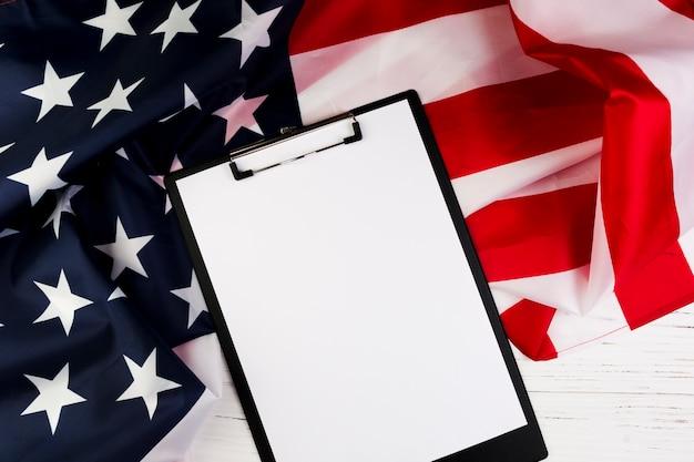 Concept De Fête De L'indépendance Des états-unis Avec Le Presse-papiers Photo gratuit
