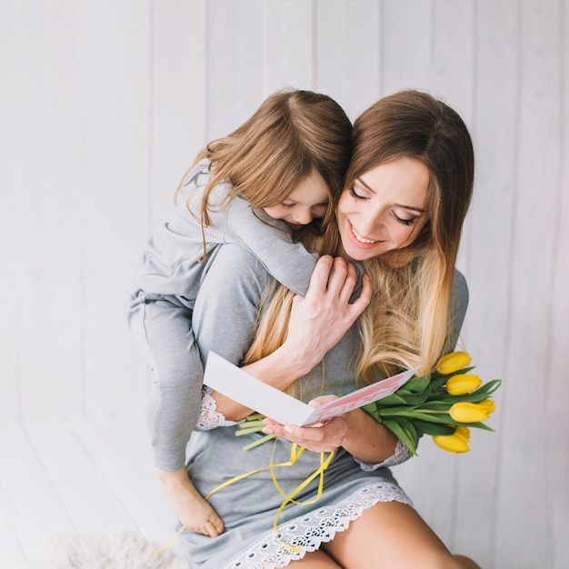 Concept de fête des mères avec aimante mère et fille Photo gratuit