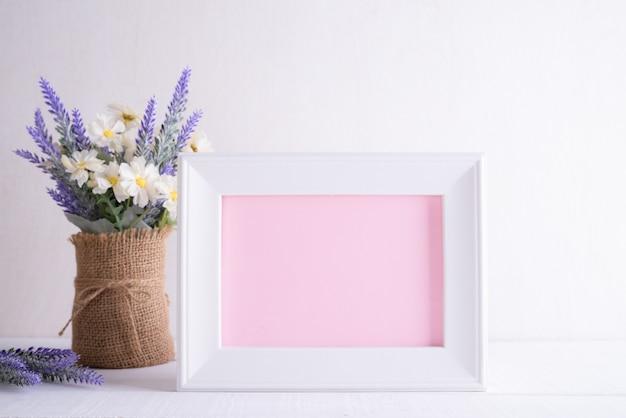 Concept De Fête Des Mères Heureux. Cadre Photo Blanc Avec Une Belle Fleur Pourpre Photo Premium
