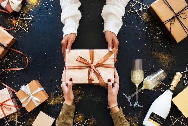 Concept de fête offrant un cadeau Photo gratuit
