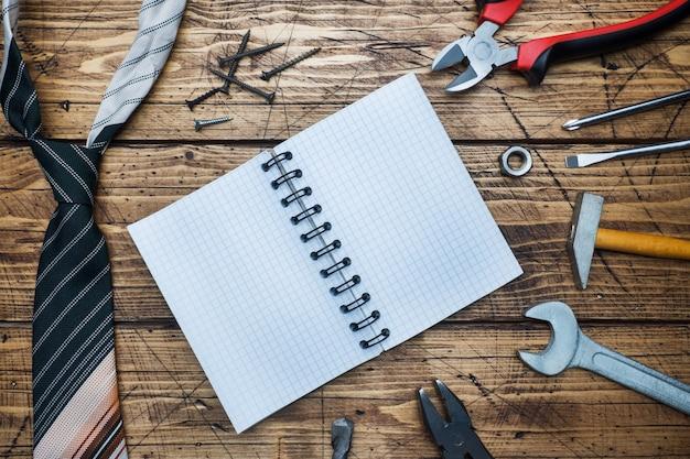 Concept de la fête des pères. cravate et outils pour la réparation et la construction. Photo Premium