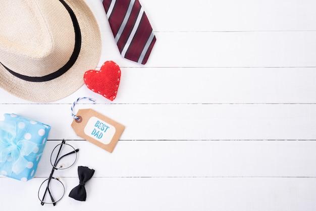 Concept de fête des pères heureux sur fond de table en bois blanc à plat poser Photo Premium