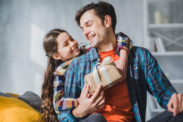 Concept De Fête Des Pères Avec Heureux Père Et Fille Photo Premium