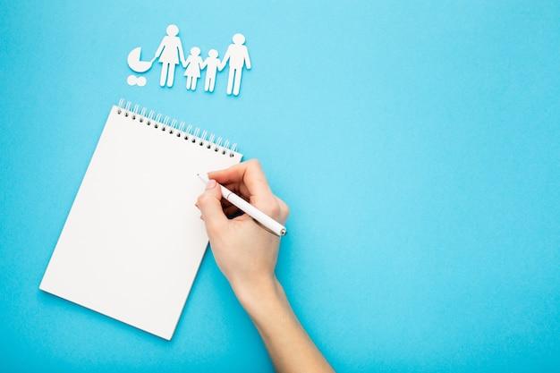 Concept De Figure De Famille Avec Espace Copie Photo gratuit