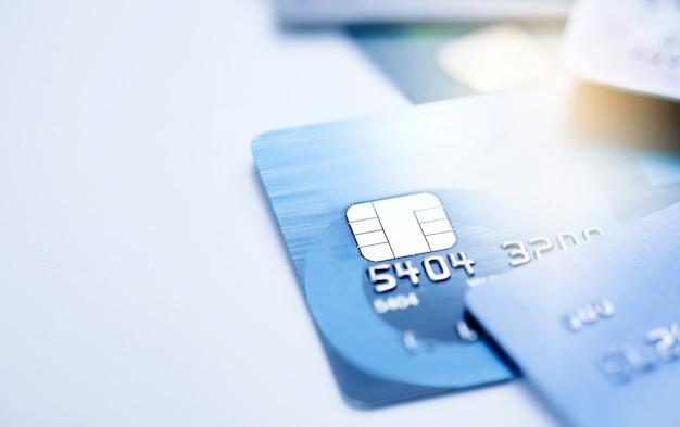 Concept financier, micropuce à mise au point sélective sur carte de crédit ou carte de débit. Photo Premium