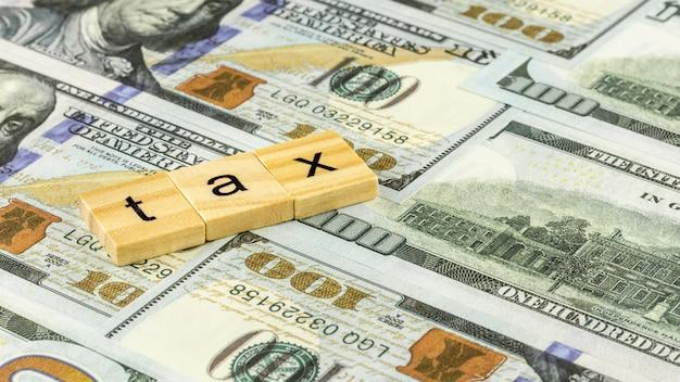 Concept fiscal avec bloc en bois sur les billets d'un dollar. Photo Premium