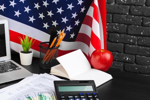 Concept fiscal - formulaire d'impôt 1040, stylo, argent américain et drapeau Photo Premium
