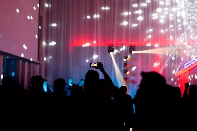 Concept flou à la fête de concert avec public et éclairage led coloré. Photo Premium