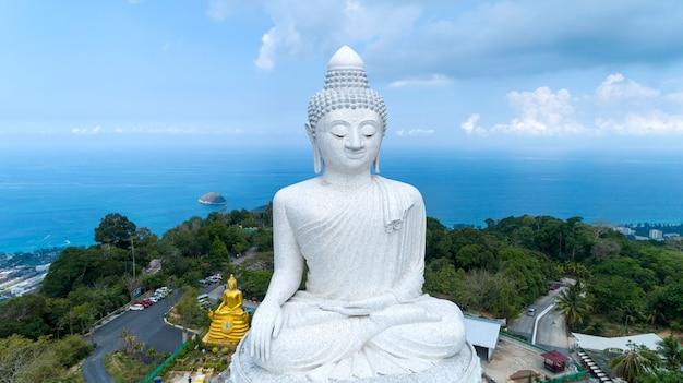 Concept de fond de jour de vesak de big bouddha sur la haute montagne à phuket en thaïlande Photo Premium