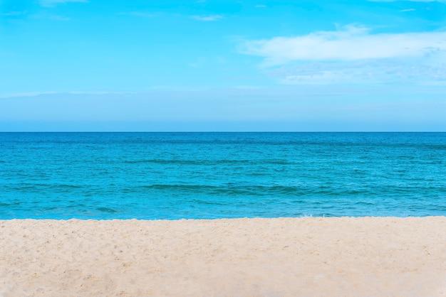 Concept de fond de voyage. paysage de mer bleue avec plage et ciel bleu. Photo Premium