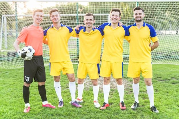 Concept de football amateur avec une équipe posant Photo gratuit