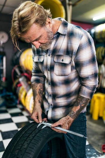 Concept de garage de réparation de tournevis mécanique Photo Premium