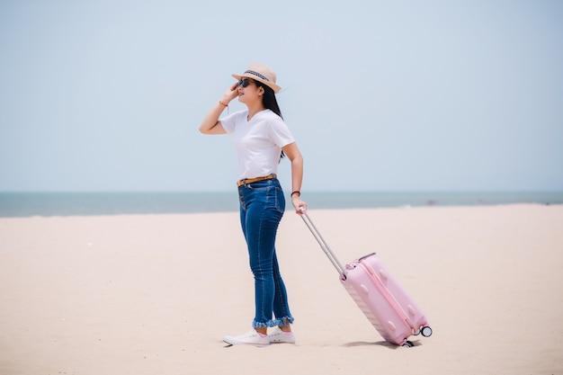 Concept de gens qui voyagent. jeune asiatique heureux gril à la plage Photo Premium
