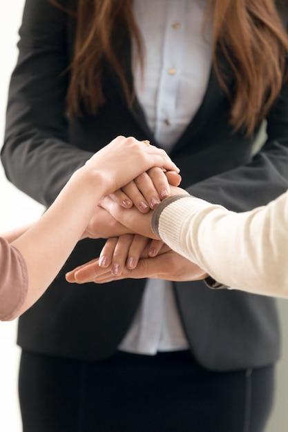 Concept de gestion d'équipe, hommes d'affaires joignant les mains, gros plan vertical Photo gratuit