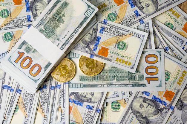 Concept de gros plan dollars dollars concept des billets de cent dollars alignés les taxes payables sont légales. Photo Premium