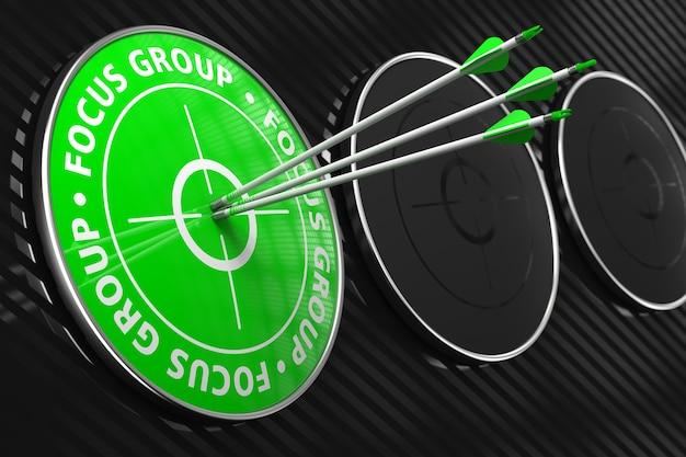 Concept De Groupe De Discussion. Trois Flèches Frappant Le Centre De La Cible Verte Sur Fond Noir. Photo Premium