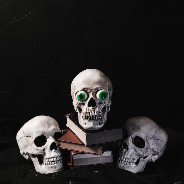 Concept d'halloween avec des crânes et des livres Photo gratuit
