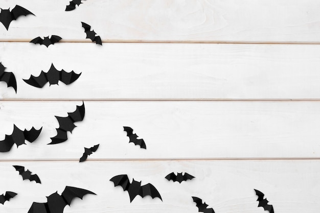 Concept d'halloween et de décoration - battes de papier volant Photo Premium