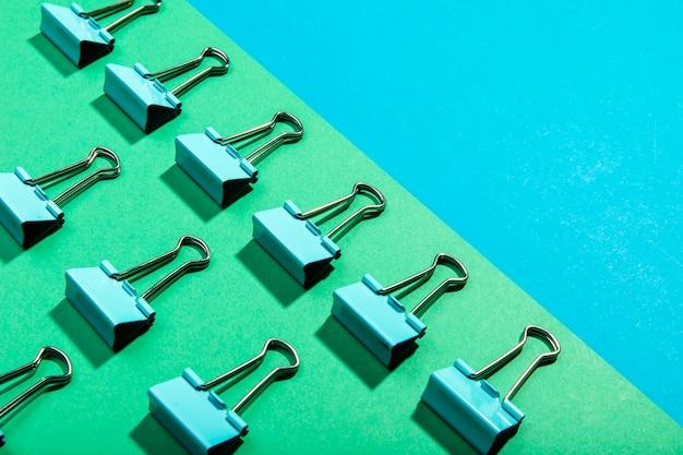 Concept de haute vue de trombones de reliure en métal Photo gratuit