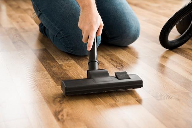 Concept d'homme nettoyant sa maison Photo gratuit