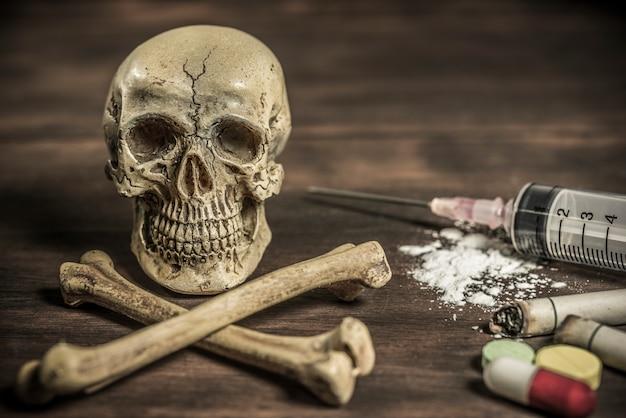Concept humain de crâne humain et crossbones addict Photo gratuit