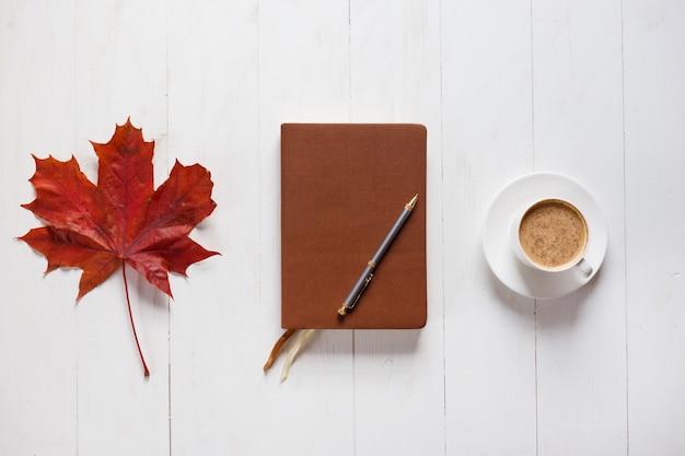 Le concept de l'humeur d'automne Photo Premium