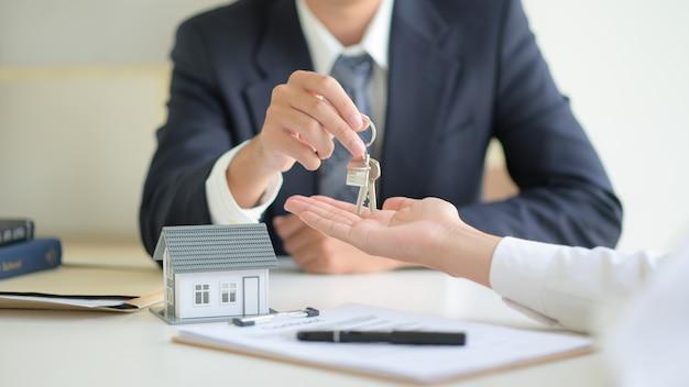 Concept Immobilier, Signature Du Contrat Client Sur L'accord De Prêt Immobilier. Photo Premium