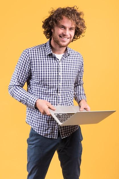 Concept indépendant avec homme debout à l'aide d'un ordinateur portable Photo gratuit