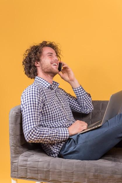 Concept indépendant avec homme faisant un appel téléphonique Photo gratuit
