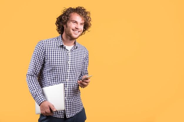 Concept indépendant avec homme tenant un ordinateur portable Photo gratuit