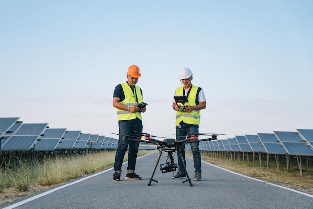 Concept D'ingénieur Inspecteur; Ingénieur Inspecter Un Panneau Solaire à Une Centrale Solaire Photo Premium