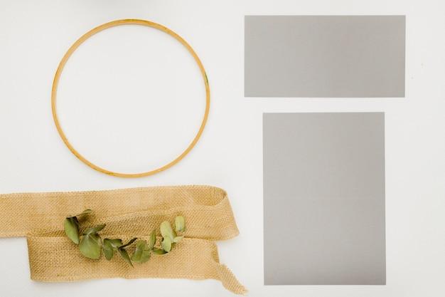 Concept d'invitation de mariage papeterie en lay plat Photo gratuit