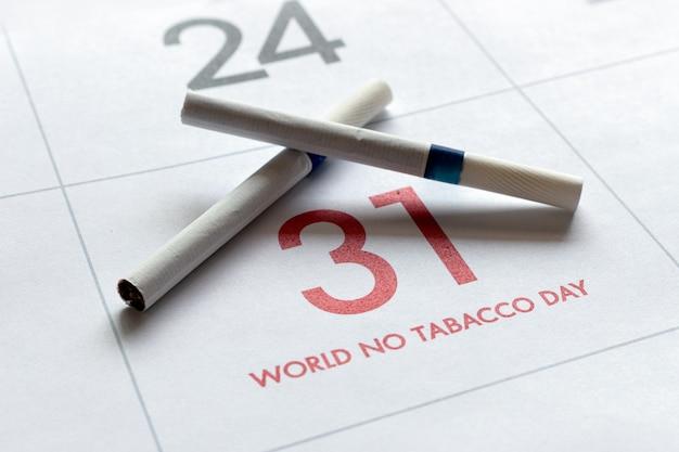 Concept de la journée mondiale sans tabac. cigarettes sur calendrier Photo Premium