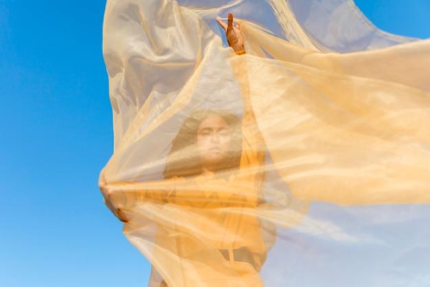 Concept de liberté avec femme tenant un tissu dans la nature Photo gratuit