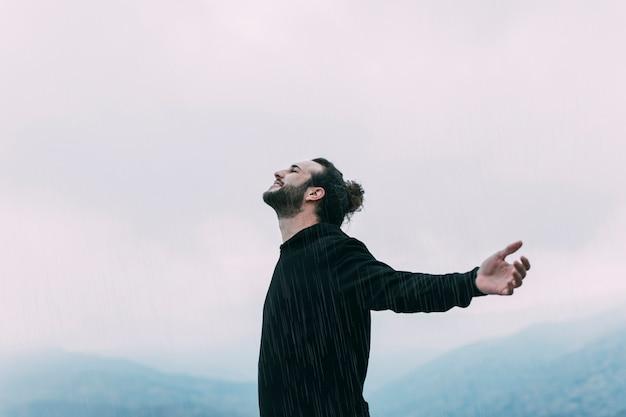 Concept de liberté avec randonneur en montagne Photo gratuit
