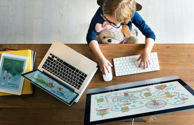 Concept en ligne de fille computer technology networknig connection Photo Premium