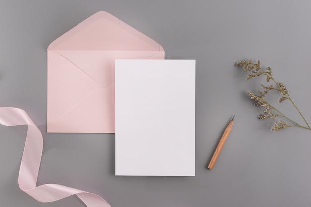 Un concept de mariage invitation maquette. vue de dessus, plat poser avec l'espace de copie Photo Premium