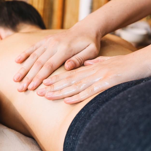 Concept De Massage Avec Une Femme Détendue Photo gratuit