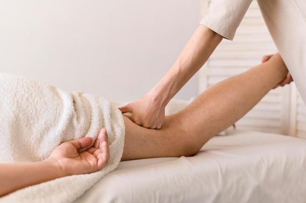 Concept De Massage Des Jambes En Gros Plan Photo gratuit