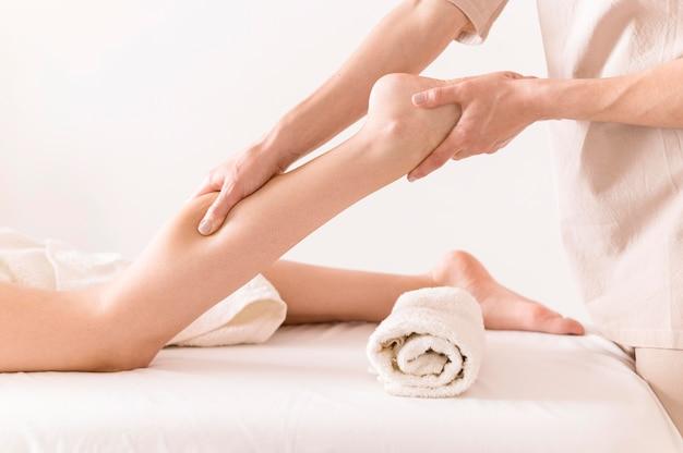 Concept De Massage Des Jambes Relaxant Photo Premium