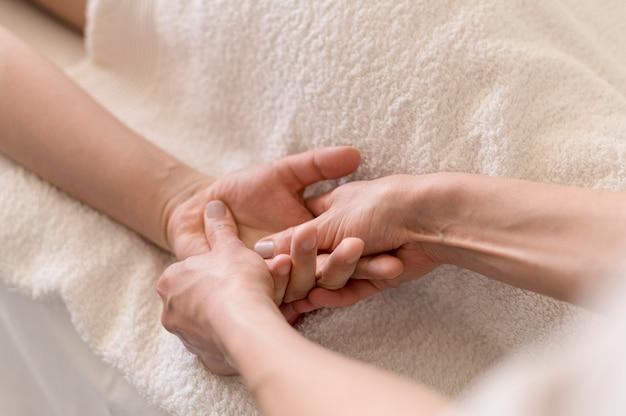 Concept De Massage Des Mains En Gros Plan Photo gratuit