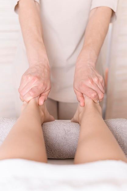 Concept De Massage Des Pieds En Gros Plan Photo gratuit