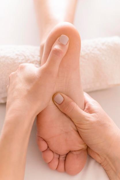 Concept De Massage Des Pieds En Gros Plan Photo Premium