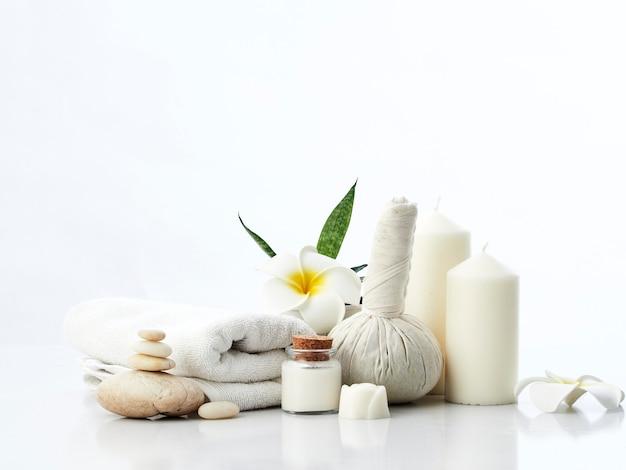 Concept de massage spa, boule de compression aux herbes, crème, savon de fleur, bougie parfumée Photo Premium