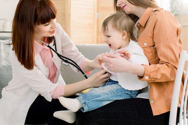Concept De Médecine, De Soins De Santé, De Pédiatrie Et De Personnes - Mère Tenant Bébé Pour Pédiatre à Examiner, Petite Fille Pleure Photo Premium