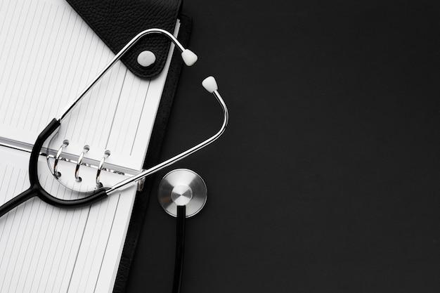Concept Médical Noir Et Blanc Avec Stéthoscope Photo Premium