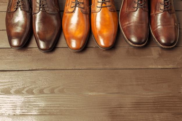 Concept de mode avec des chaussures pour hommes sur bois Photo Premium